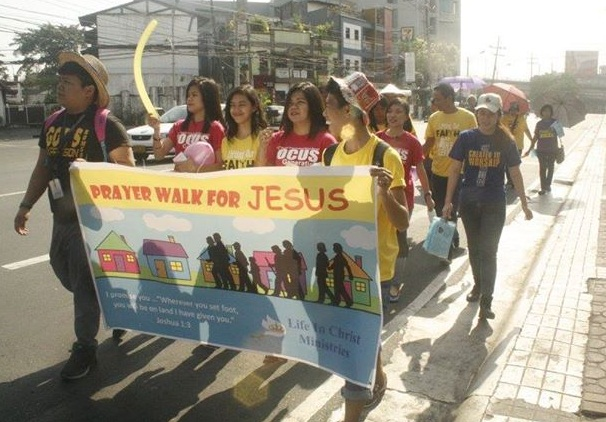 Members of LIC walk along Timog Avenue as part of the Prayer Walk for Jesus last March 28.